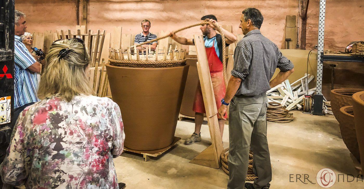 Photographie incentive journee decouverte pays basque voyage visite atelier poteries goicoechea producteur nature agence evenementielle saint jean de luz erronda