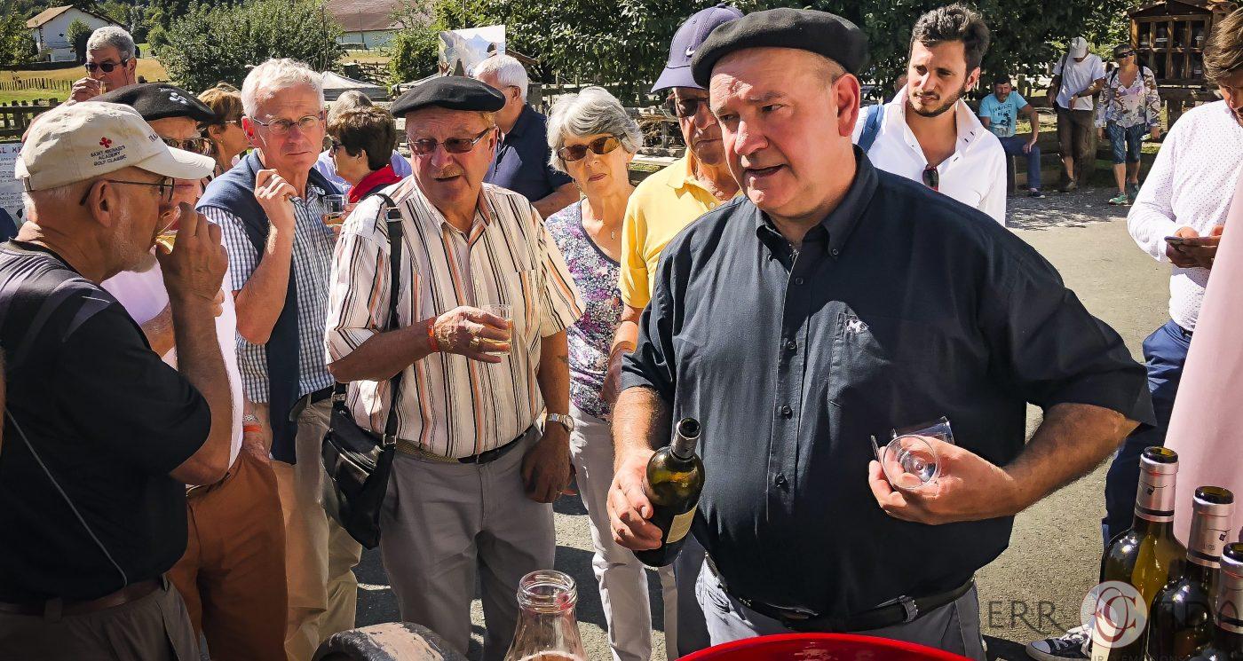 Pierre oteiza vin apéritif photographie incentive journée decouverte pays basque voyage visite atelier piment poteries charcuterie producteur nature agence evenementielle saint jean de luz erronda