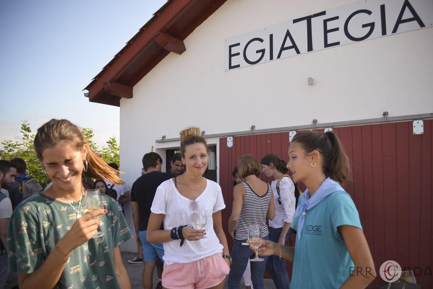 photographie_evenementiel_team_building_pays_basque_ciboure_saint_jean_de_luz_socoa_chasse_au_trésor_vin_degustation_gastronomie_charcuterie_bayonne_ecole_de_commerce_plage_ocean_jeux